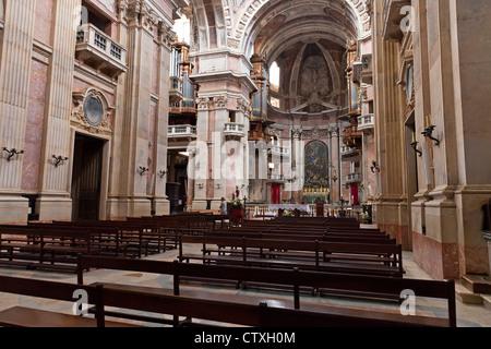 Basilika von Mafra Palast und Kloster in Portugal. Barock-Architektur. Franziskaner Orden. - Stockfoto