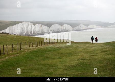Wanderer freuen sich auf die sieben Schwestern am Beachy Head in East Sussex, England. - Stockfoto