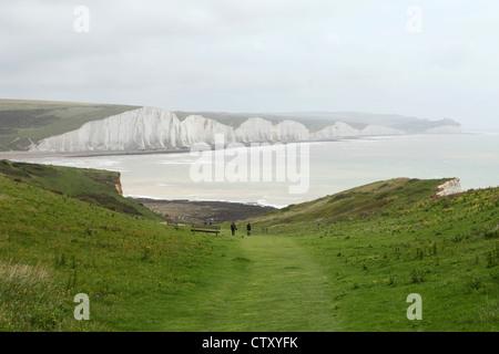 Wanderer und die sieben Schwestern am Beachy Head in East Sussex, England. - Stockfoto