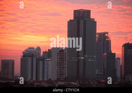 Blick auf den Sonnenuntergang über Jakarta, hohe Skyrise Bürogebäude Jakarta, Indonesien - Stockfoto