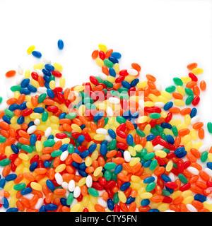 Bunte Bonbons auf weißem Hintergrund - Stockfoto