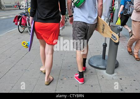Antwerpen / Antwerpen, Belgien. Junges Paar mit sketeboards - Stockfoto