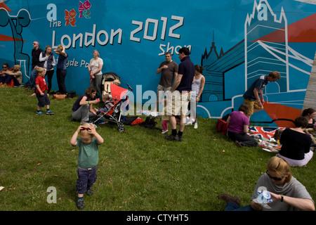 Familien Verweilen im Hyde Park nach einem anderen erfolgreichen Goldmedaille gewinnen, diesmal vom Team GB Triathlet - Stockfoto