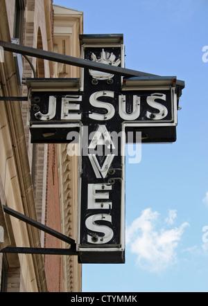 Eine unbeleuchtete Neonschild mit der Aufschrift Jesus rettet - Stockfoto