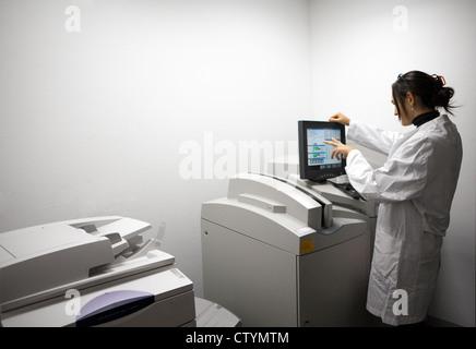 Junge Ärztin arbeitet die Druckmaschinen in radiologischen Abteilung im Krankenhaus - Stockfoto