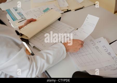 Arzt-Sortierung-Out Papierkram-Close-up - Stockfoto