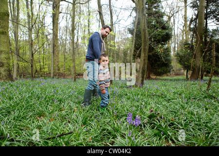 Vater und Sohn wandern im Wald - Stockfoto
