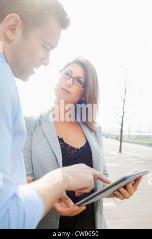 Geschäftsleute mit Tablet-PC - Stockfoto