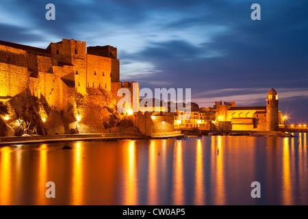 Twilght über das Chateau Royal und Eglise Notre Dame des Anges, Collioure, Languedoc-Roussillon, Frankreich - Stockfoto