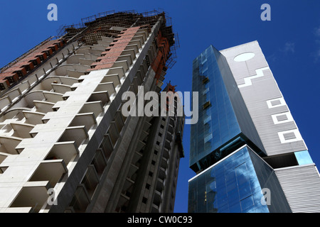 Moderne Wolkenkratzer im Bau und Sozialversicherung Universitätsspital gibt, La Paz, Bolivien - Stockfoto