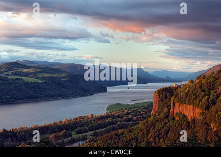 Letztes Licht badet Oregons Vista Haus auf Crown Point und der Columbia River Gorge national Scenic Area. - Stockfoto