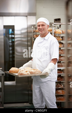 Koch mit Tablett Brot in Küche - Stockfoto