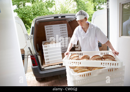 Koch mit Tabletts Brot, van - Stockfoto