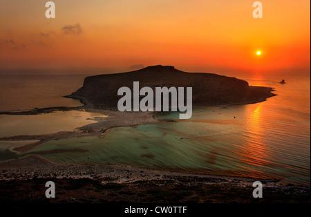 Sonnenuntergang am Strand von Balos (Gramvousa) auf der Norhwest-Küste von Kreta-Insel in Chania Präfektur, Griechenland.