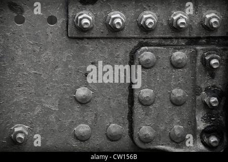 Industrielle abstrakten Hintergrundtextur mit schwarzen Stahlkonstruktion mit Schrauben und Nieten - Stockfoto