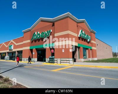 Eine Außenansicht des Kunden wandern in den Eingang von sobeys Supermarkt 24 Stunden offen. Die Zeichen in Ontario, - Stockfoto