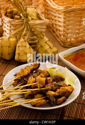 Asiatische Malay Ramadan Essen, Satay Chicken und Ketupat bei schwachem Licht - Stockfoto