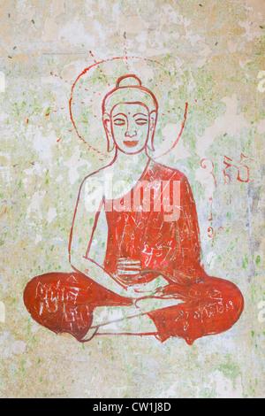 Buddha Wandbild auf einer verfallenden Wand auf Bokor Hill Station - Kampot Provinz, Kambodscha - Stockfoto