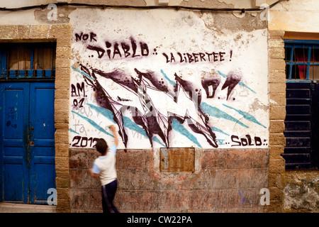 Ein junger Boy und Graffiti, Stadt Essaouira, Marokko Afrika - Stockfoto