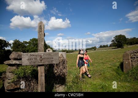 Womern Wanderer auf einem öffentlich zugänglichen Wanderweg in der Nähe von West Burton in der North Yorkshire Dales - Stockfoto