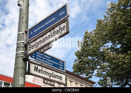 Straßenschild und Tourist-Info anmelden, Kreuzberg, Berlin, Deutschland - Stockfoto