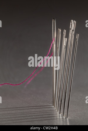 Reihe von Nähen Stickerei mit roter Faden Nadeln und Schatten Besetzung auf Hintergrund - Stockfoto