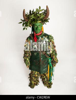 Kostümierte Teilnehmer an der Hastings traditionelle Jack im Grünen Festival. East Sussex. England. Großbritannien - Stockfoto