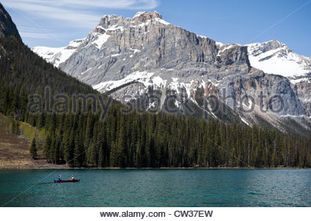 Paar Kanufahren am Emerald Lake mit dem Präsidenten im Hintergrund, Yoho Nationalpark, Britisch-Kolumbien, Kanada - Stockfoto