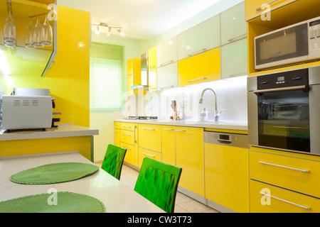 Moderne Designer-Küche mit gelben und grünen Elementen - Stockfoto