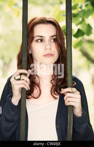 Nachdenkliche junge Frau, die traurig - Stockfoto