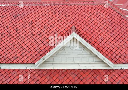 Die weißen Giebel und das Dach rot gebranntem Ton. - Stockfoto