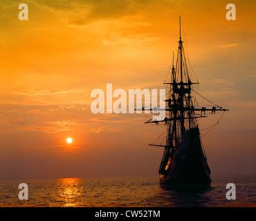 Mayflower II Replica bei tiefroten Sonnenuntergang, Massachusetts - Stockfoto