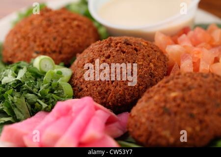 Nahaufnahme von Falafel Kugeln mit Tahin DIP-sauce - Stockfoto