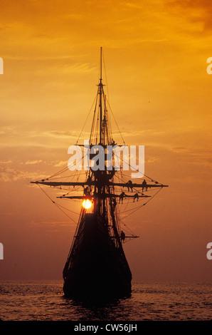 Silhouette der eine Nachbildung der Mayflower bei Sonnenuntergang, Plymouth, Massachusetts - Stockfoto