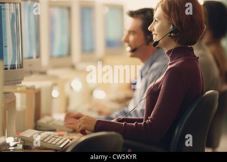 Kundendienstmitarbeiter, die Arbeit in einem Büro - Stockfoto