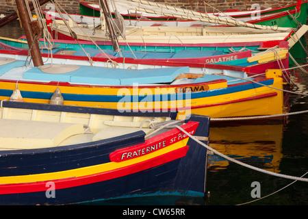 Bunte Segelschiffe in den kleinen Hafen von Collioure, Languedoc-Roussillon, Frankreich - Stockfoto