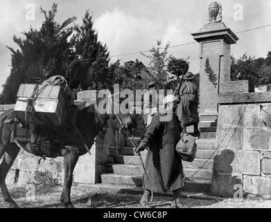 Französische Goumiers vor Weltkrieg-Denkmal in Planois (Frankreich), Oct.24, 1944 - Stockfoto