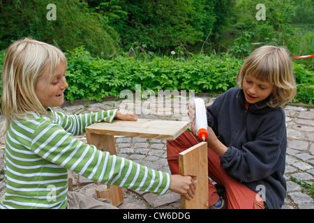 Kinder basteln einen apfel trockner zieht ein kind die rinde
