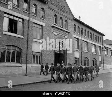 Deutsche Kriegsgefangene Marsch von Reims Schulhaus in Frankreich (23. Mai 1945) - Stockfoto