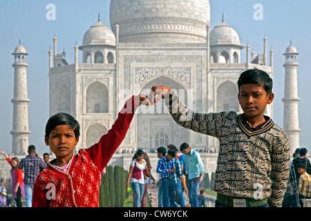 Indische Kinder posieren vor dem Taj Mahal, weißen Marmor-Palast in Agra, Uttar Pradesh, Indien - Stockfoto
