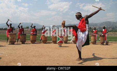 traditionelle burundischen Tänzer und Trommler (Tambourinaires) präsentieren ihre Fähigkeiten im Fußball-Stadion - Stockfoto