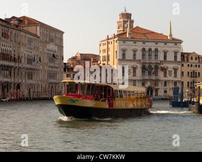 Ein Herz Vaporetto (Wasserbus) auf den Canal Grande Venedig, Italien - Stockfoto