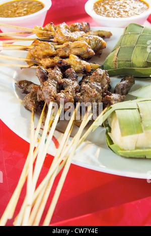 Huhn, Rindfleisch und Hammelfleisch Satay mit Ketupat und Erdnuss Soße Sauce