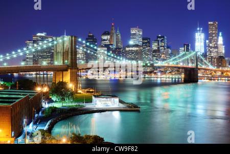 Blick auf die Innenstadt von New York und Brooklyn Bridge - Stockfoto