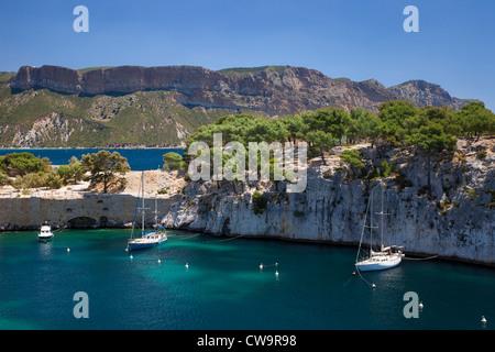 Segelboote vor Anker in einer der Calanques bei Cassis, Bouches-du-Rhône, Cote d ' Azur, Provence Frankreich - Stockfoto