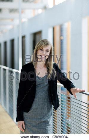 Geschäftsmann, stützte sich auf Geländer, Porträt - Stockfoto