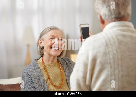 Ältere Mann mit Kamera-Handy - Stockfoto