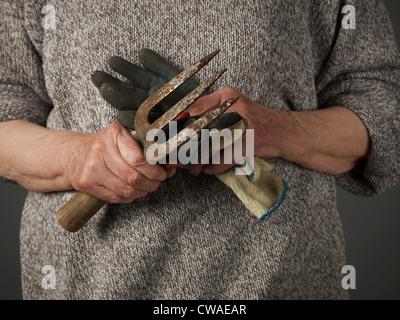 Frau mit Gartenarbeit Handschuh und Kelle - Stockfoto