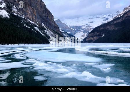 Blick auf Lake Louise in Richtung Mount Victoria, Banff Nationalpark, Alberta, Kanada - Stockfoto