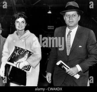 Jacqueline Kennedy und Kennedy, Maryland Air Force Base warten auf ein Flugzeug nach Palm Beach, Florida. 11. Mai - Stockfoto